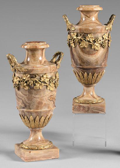 Paire de vases balustres en onyx caramel....