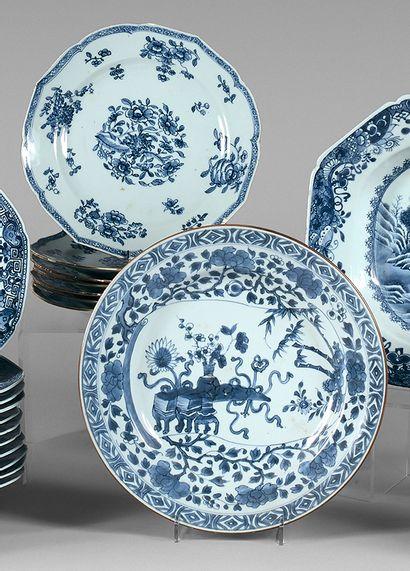 Sept assiettes en porcelaine de la Compagnie...