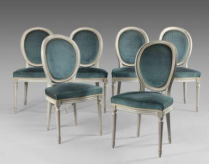 Six chaises de salle à manger en bois mouluré...