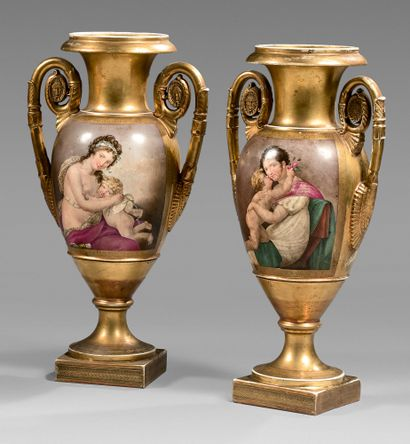Paire de vases ovoïdes en porcelaine de Paris...
