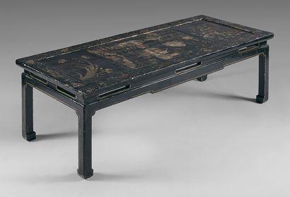 Table basse en bois laqué noir, le plateau...