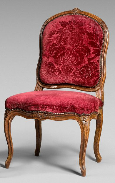 Chaise à dossier plat cintré en hêtre sculpté...