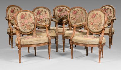 Suite de sept fauteuils à dossier médaillon...