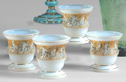 Quatre petits vases évasés en opaline ornés...