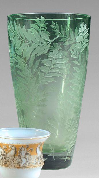 Vase en cristal fumé vert, gravé de feuillages....