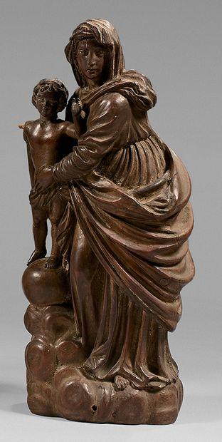 Statuette en bois sculpté d'une Vierge avec...