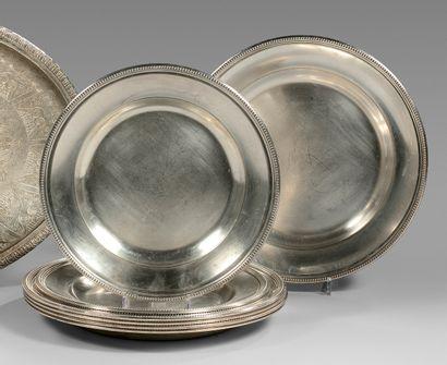 Cinq grands plats ronds et trois plus petits...