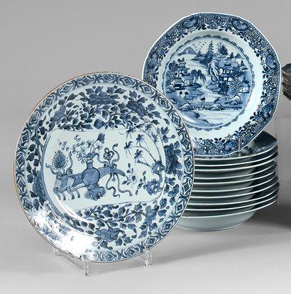 Suite de onze assiettes creuses en porcelaine...