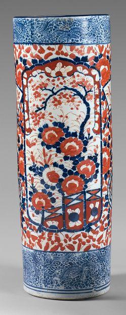 Vase rouleau en porcelaine à décor Imari...