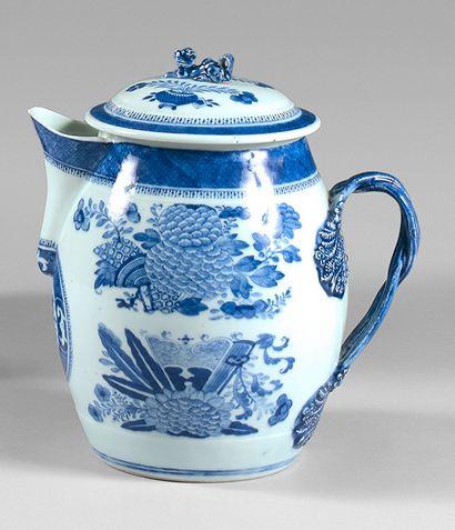 Grande théière en porcelaine de Chine à décor...