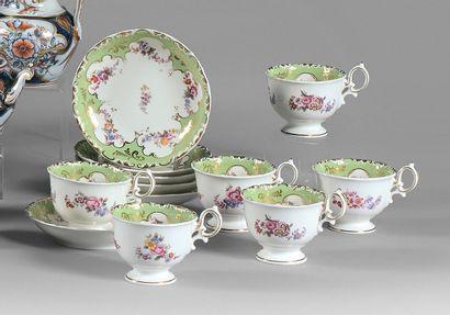 Six tasses et sous-tasses en porcelaine ornée de fleurs polychromes sur fond ve...