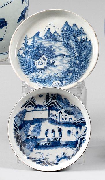 Deux petites coupes en porcelaine à décor...