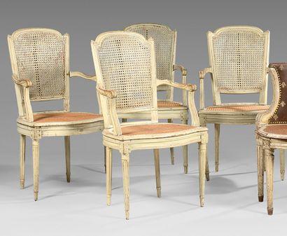 Quatre fauteuils cannés à dossier cabriolet...