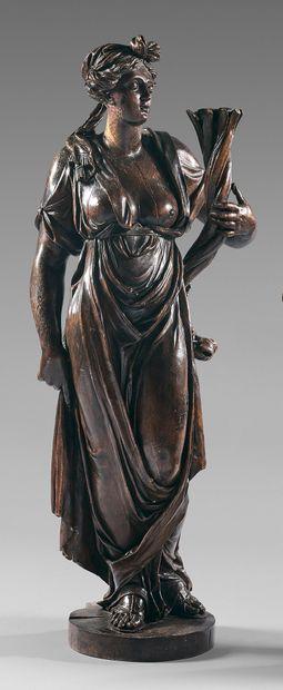 Statue en noyer d'une Flore à demi dénudée...