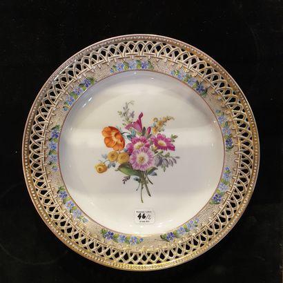 PARIS (LOCRÉ) et SAXE Deux assiettes, l'une en porcelaine de Paris (fabrique de Locré)...