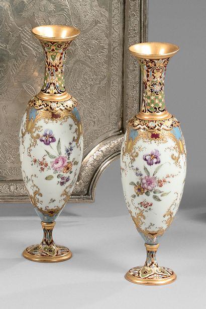 Paire de petits vases fuseaux en porcelaine...
