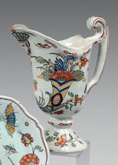 ROUEN Hanap en forme de casque, décor polychrome dit «à la corne». XVIIIe siècle....