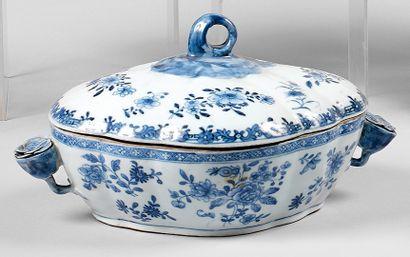 Légumier couvert ovale en porcelaine à décor...