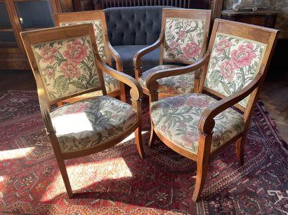 Suite de quatre fauteuils en merisier, accotoirs...