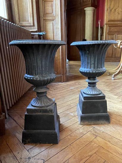 Paire de vases Médicis en fonte à godrons,...