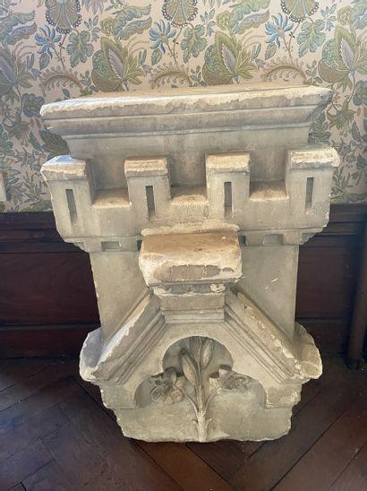 Pierre sculpté orné d'un lys et crénelé 46,5...