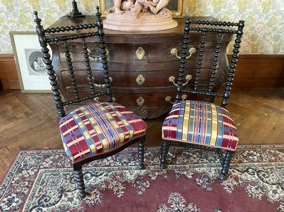 Paire de chaises basses en bois noirci à...