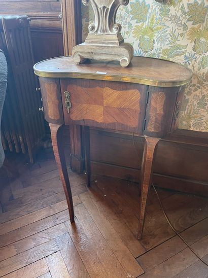 Table rognon en placage de bois de rose ouvrant...