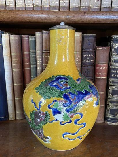 Vase bouteille en grès émaillé à décor de...