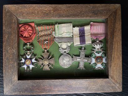 Portée de cinq décorations : Légion d honneur,...