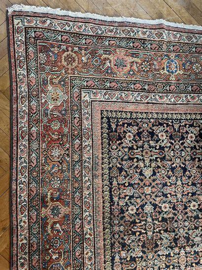 Grand tapis persan à décor de semis de fleurs...