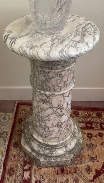 Colonne sellette en marbre blanc veiné sur...
