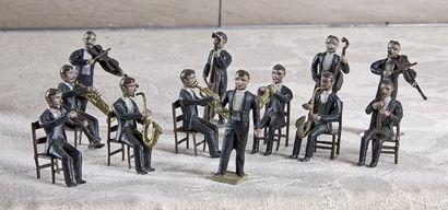 Petit orchestre de douze musiciens en métal...