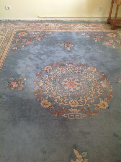 Grand tapis chinois orné de fleurs sur fond...
