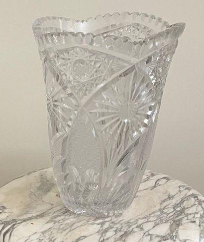 Vase en cristal taillé de fleurs et feuillages....