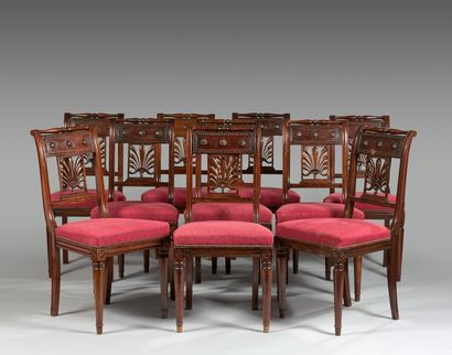 Dix chaises de salle à manger en noyer teinté...