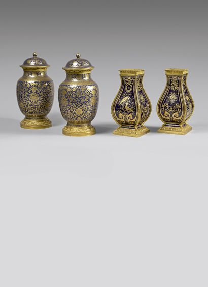 Paire de vases couverts balustre en porcelaine...