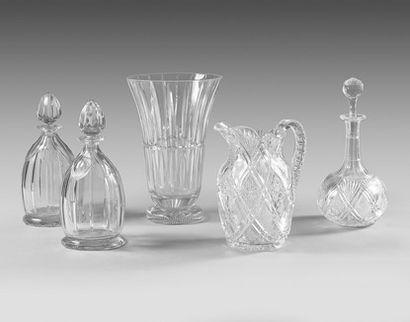 Broc et trois carafes en cristal taillé.
