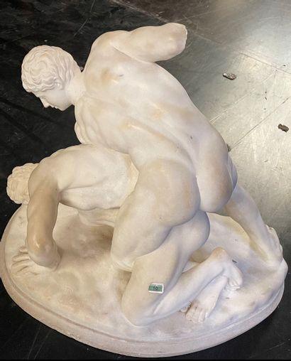 Sculpture en marbre blanc figurant deux lutteurs...