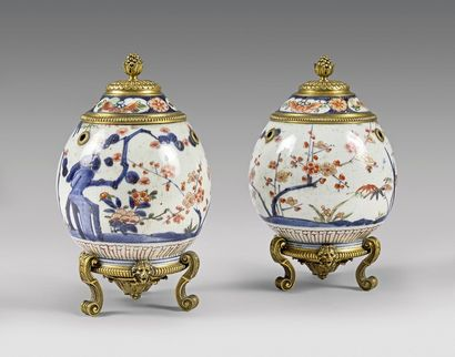 Paire de petits pots-pourris en porcelaine...