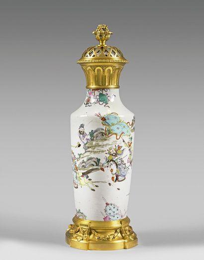 Grande potiche en porcelaine de Chine polychrome...