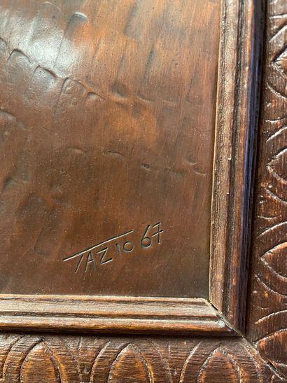 ECOLE MODERNE Portrait de femme en buste Plaque en cuivre à décor repoussé, signée...