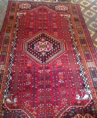 Tapis persan orné d un médaillon central...