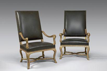 Paire de fauteuils à dossier plat rectangulaire...
