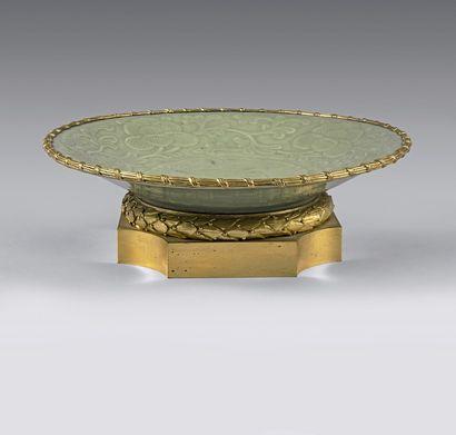 Coupe plate en porcelaine céladon ornée de...