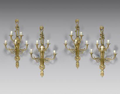 Quatre appliques en bronze doré à cinq lumières...