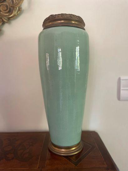 Vase oblong en porcelaine céladon. Hauteur...
