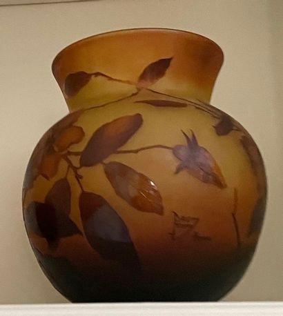 Vase boule en verre multicouche ambré orné...