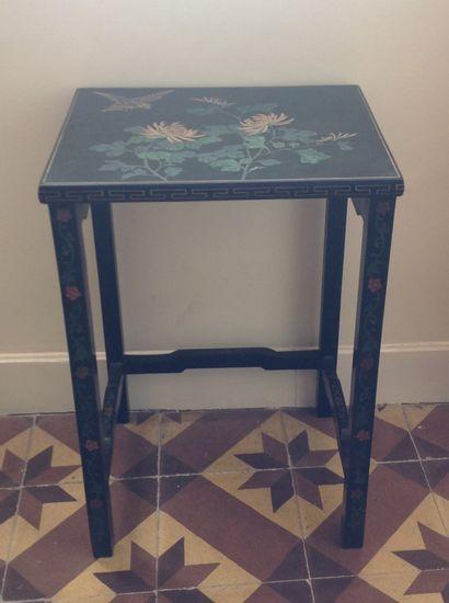 Petite table à décor laqué dans le goût chinois....