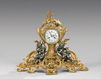 Pendule en bronze doré décorée de rinceaux...