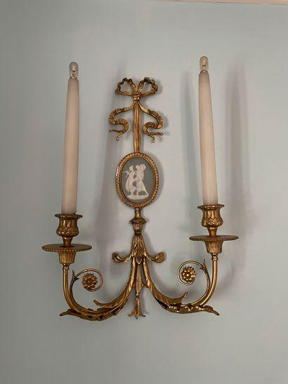 Applique en bronze doré à deux lumières feuillagées,...